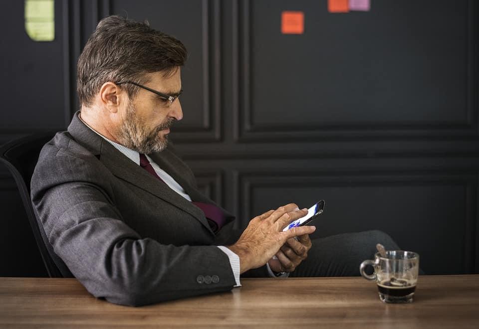 Człowiek dzwoni w sprawie aktualizacji programu płatnik do ZUS