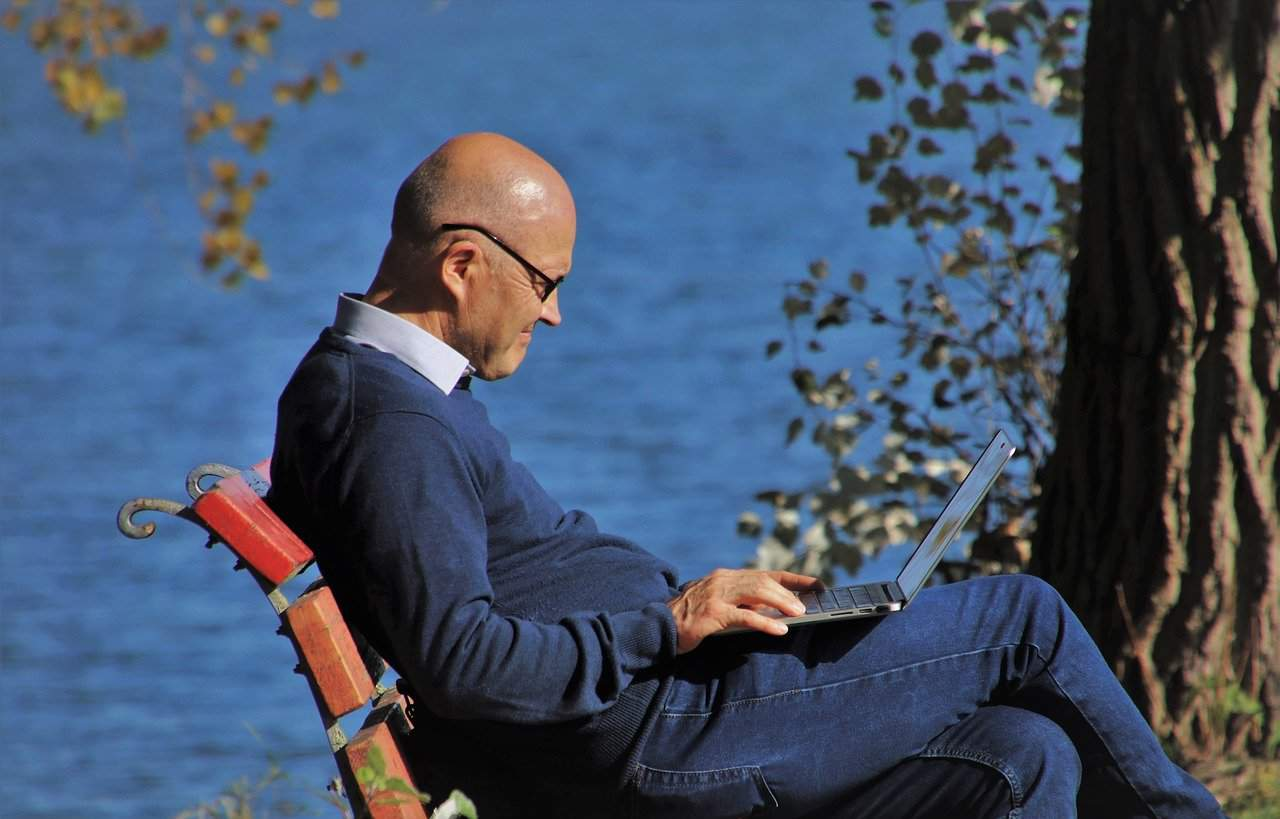 Emeryt szuka w internecie informacji o waloryzacji emerytur na 2020 rok